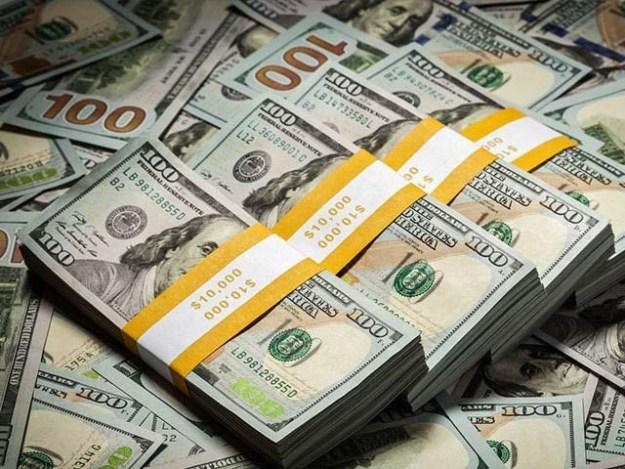 انٹربینک مارکیٹ میں ڈالر کی قدر میں11روپے75 پیسے کا اضافہ ہوگیا۔ فوٹو: فائل