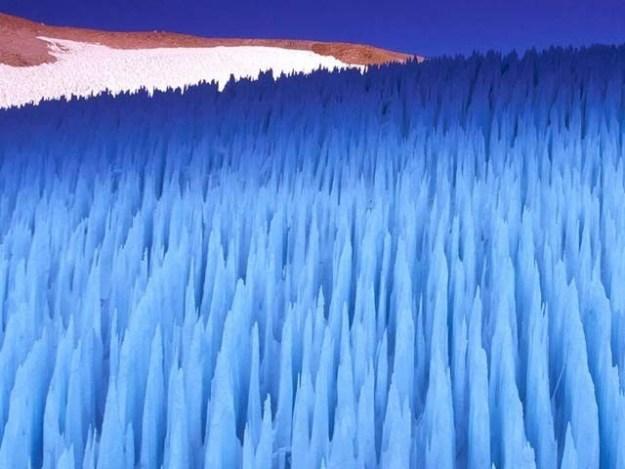 مشتری کے مشہور چاند یوروپا پر برفانی مینار دریافت ہوئے ہیں۔ فوٹو: بشکریہ نیو سائنٹسٹ