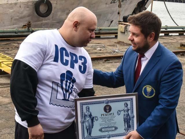 اسکویچ 22 ٹن وزنی ٹرام کو کھینچنے کا ریکارڈ بھی قائم کرچکے ہیں (فوٹو : یوکرائن میڈیا)