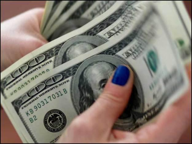 اوپن کرنسی مارکیٹ میں ڈالر کی قیمت خرید 137.50روپے اور قیمت فروخت138روپے پر بدستور برقرار رہی۔ فوٹو: انٹرنیٹ
