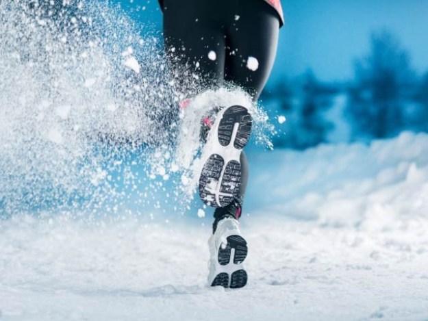 گرمیوں کے مقابلے میں سردیوں میں ورزش کرنے سے کئی اہم فوائد حاصل ہوتے ہیں۔ فوٹو: فائل