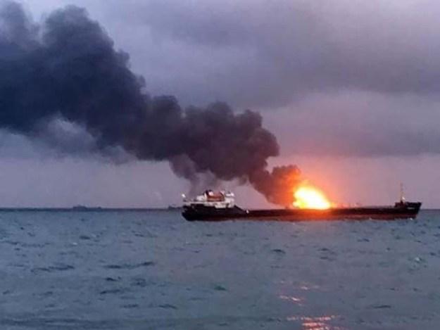 ایک جہاز سے دوسرے جہاز میں آئل کی منتقلی کے دوران آگ بھڑک اُٹھی۔ فوٹو : رائٹرز
