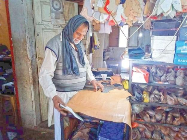 80 سالہ اعجاز ماہر ڈیزائنر ہیں، ہزاروں جوتے تیار کر چکے۔ فوٹو: ایکسپریس