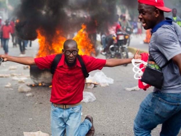 مظاہرین نے صدر سے مستعفی ہونے کا مطالبہ کیا۔ فوٹو : رائٹرز