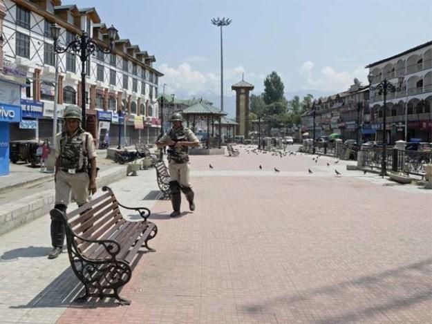 بھارتی فوج نے ریاستی دہشت گردی کے دوران 2 روز قبل بھی فائرنگ کرکے 5 کشمیری نوجوانوں کو شہید کردیا تھا ۔ فوٹو : فائل