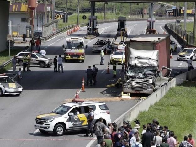 ہیلی کاپٹر ہچکولے کھاتا ہوا نیچے آیا اور ٹرک سے ٹکرا گیا۔ فوٹو : ٹویٹر