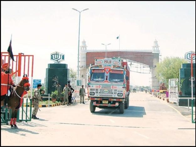 تقریباً 100 کے قریب ٹرک بھارت جاتے ہیں جو سرحد پر کھڑے ہیں، واہگہ کسٹم ذرائع