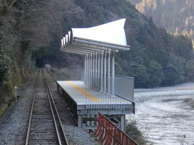 جاپان کا یہ ریلوے اسٹیشن مسافروں کو علاقے کا حسن دکھانے کے لیے تعمیر کیا گیا ہے۔ فوٹو: بشکریہ بوئنگ بوئنگ ڈوٹ نیٹ
