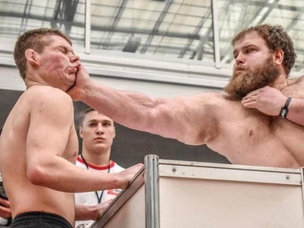 روس میں طمانچے مارنے کا قومی مقابلہ منعقد ہوا جس میں کئی افراد نے شرکت کی۔ فوٹو: سائبیریئن نیوز