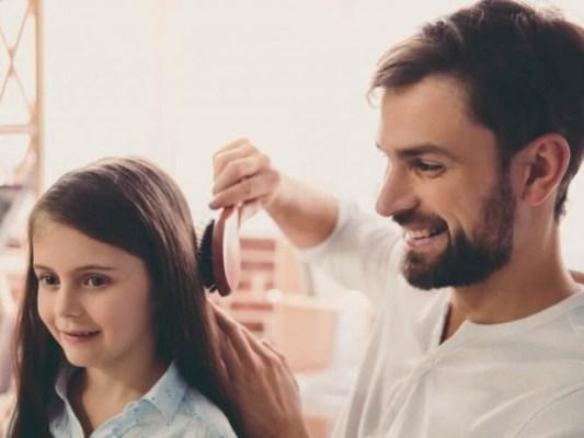 حکیم اور ڈاکٹر بالوں کو دہی یا لیموں یا آملے سے دھونے کا مشورہ  دیتے ہیں تاکہ ان میں جراثیم پرورش نہ پاسکیں۔ فوٹو: سوشل میڈیا