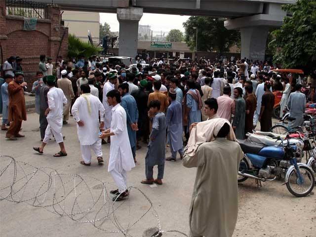 نوجوان پر پولیس تشدد کیخلاف دوسرے روز بھی احتجاج؛ مشتعل ہجوم کا تھانے پر دھاوا