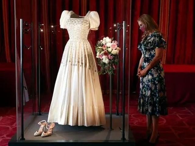 ملکہ برطانیہ کا شادی کا جوڑا نمائش کے لیے پیش
