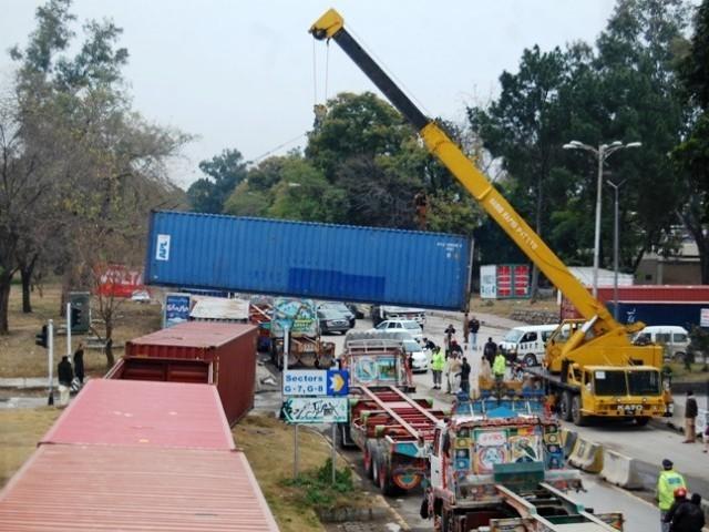 اسلام آباد میں لیڈی ہیلتھ ورکرز اور سرکاری ملازمین کا احتجاج، ریڈ زون سیل