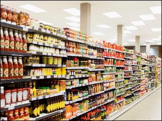 تقریباً تمام غذائی مصنوعات کو محفوظ بنانے کی غرض سے ان میں طرح طرح کے کیمیکلز شامل کیے جاتے ہیں۔ (فوٹو: انٹرنیٹ)