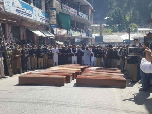 اجتماعی نماز جنازہضلعی ہیڈکوارٹر الپوری میں ادا کی گئی۔ فوٹو:ایکسپریس