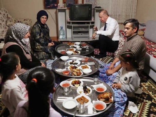 ترک صدر اور خاتون اول نے اہل خانہ سے چائے کی نشست پر تبادلہ خیال بھی کیا فوٹوٹویٹر