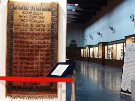 نمائش میں اسلامی کیلی گرافی کے نمونے سونے اورچاندی کی تاروں سے لکھا گیا کلمہ طیبہ سے مزین غلاف کعبہ بھی رکھا گیا ہے