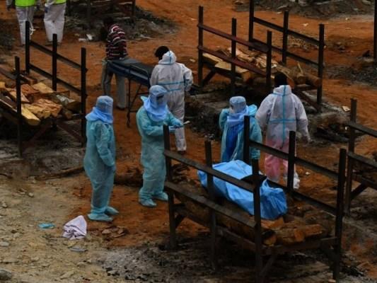 بھارت میں کورونا سے ہلاکتوں کی تعداد 2 لاکھ سے تجاوز کرگئی ہے، فوٹو: رائٹرز