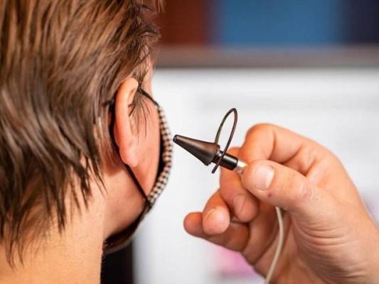 باتھ یونیورسٹی کے ماہرین نے کان کے اندر سے کلک کرنے والا آلہ تیار کیا ہے جس سے معذور افراد کمپیوٹر چلاسکیں گے۔ فوٹو: ایئرسوئچ