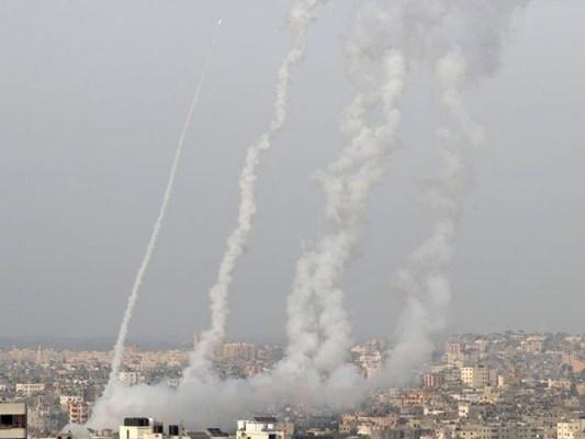 اسرائیلی بربریت کے بعد فلسطینی مظاہرین اور اسرائیلی پولیس کے درمیان پرتشدد تصادم میں تیزی آگئی ہے۔(فوٹو:رائٹرز)
