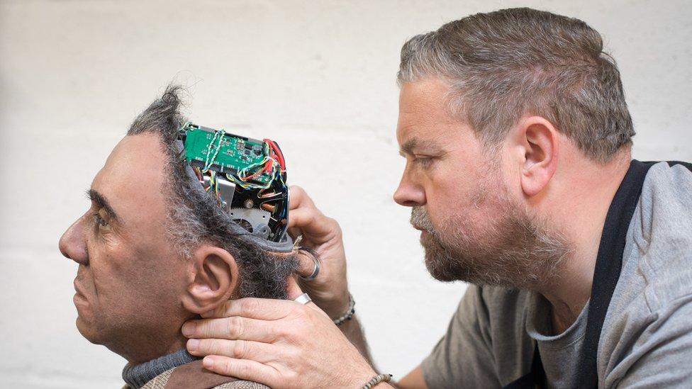 El experto en prótesis Mike Humphrey revisa a Fred, un robot Mesmer que fue construido por Engineered Arts en Cornwall, Inglaterra.