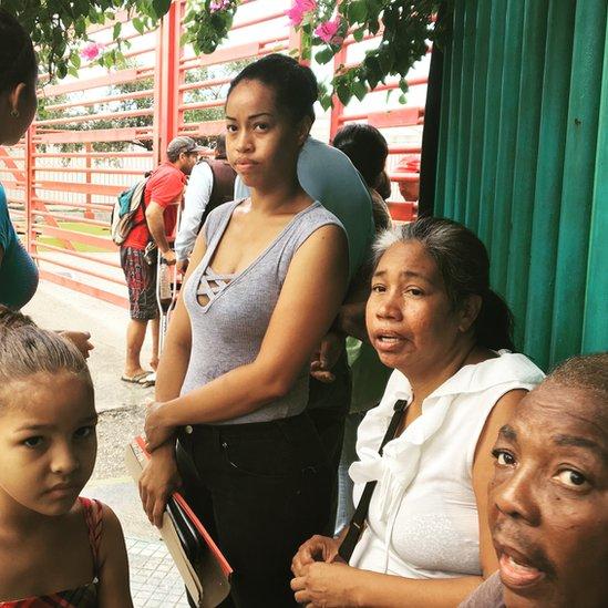 Conseguir medicinas es muy difícil en Venezuela. El gobierno anunció la llegada de un barco chino que prestaría atención médica. Muchos se acercaron al puerto de La Guaira con la esperanza de recibirla.