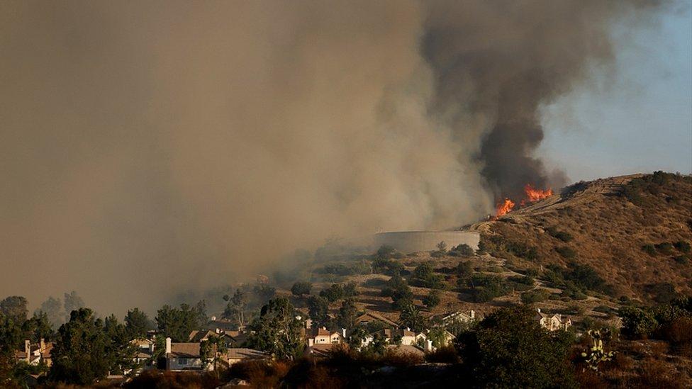 La fumée monte du feu Silverado près de Lake Forest, Californie, le 27 octobre 2020