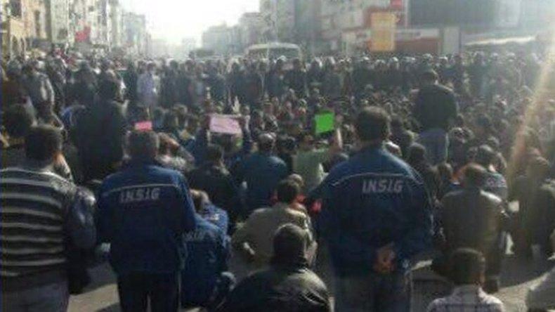 اعتراض کارگران فولاد اهواز به حضور نیروهای گارد ویژه در مقابل آنان - BBC  News فارسی