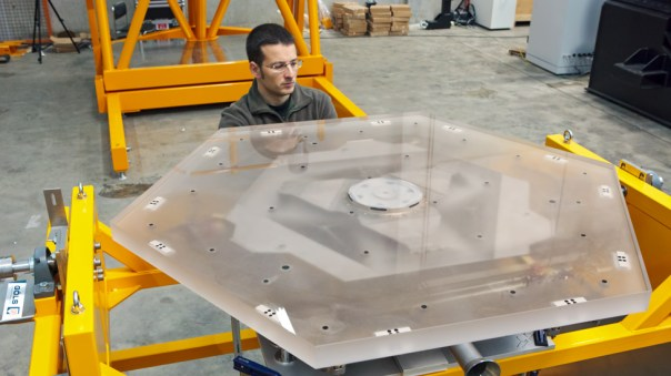 Técnico con uno de los segmentos hexagonales del espejo