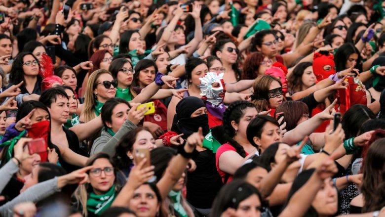 """Mujeres en Santiago de Chile coreografiando """"Un violador en tu camino"""". Diciembre de 2019."""