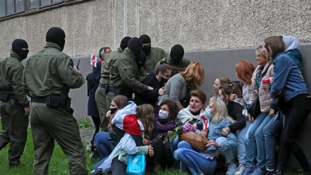 The women have been detained during the march in support of Maria Kolenikova and other opposition leaders