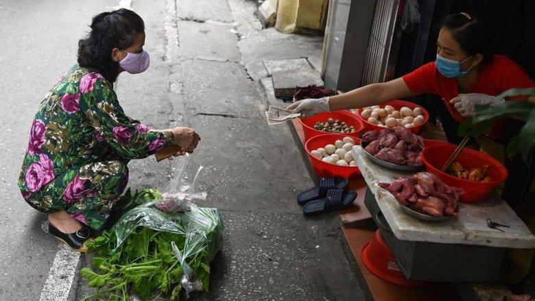 Dos mujeres en un mercado mojado en Vietnam.