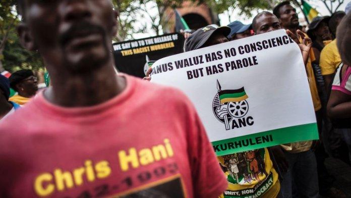 अफ्रीकी राष्ट्रीय कांग्रेस (एएनसी) के सदस्यों ने जनवादी वलूस को दी गई पैरोल, रंगभेद विरोधी नायक क्रिस हानी के हत्यारे के विरोध में संवैधानिक न्यायालय के बाहर प्रदर्शन किया