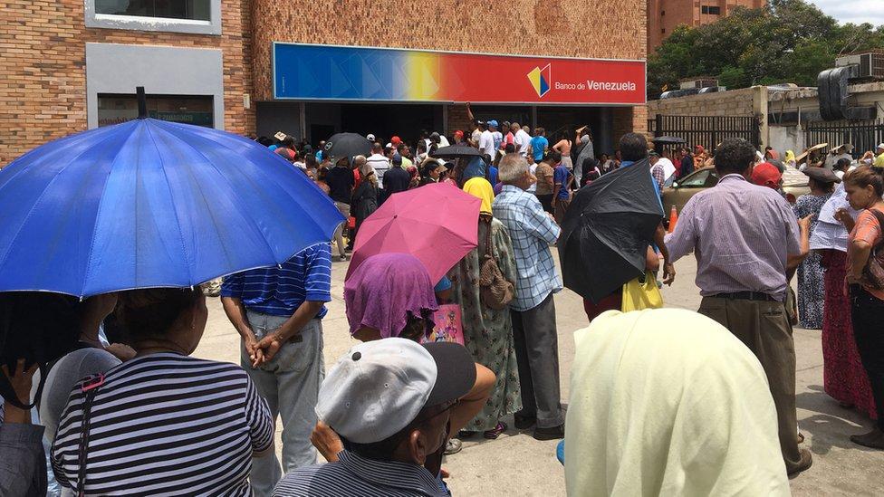 Las enormes filas para sacar algo de dinero son una de las estampas habituales.