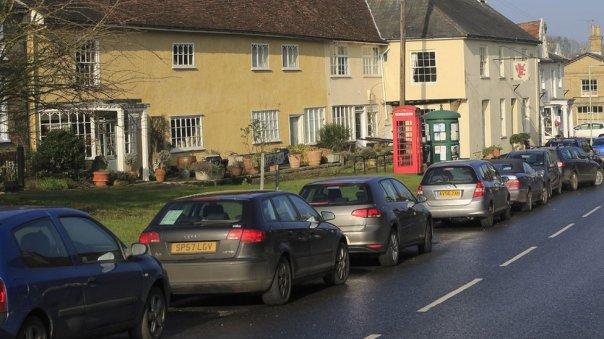 Automóviles parqueados en una calle residencial.