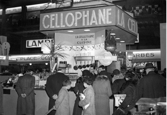 Una exhibición de celofán en un espectáculo de economía doméstica en Francia en la década de 1920