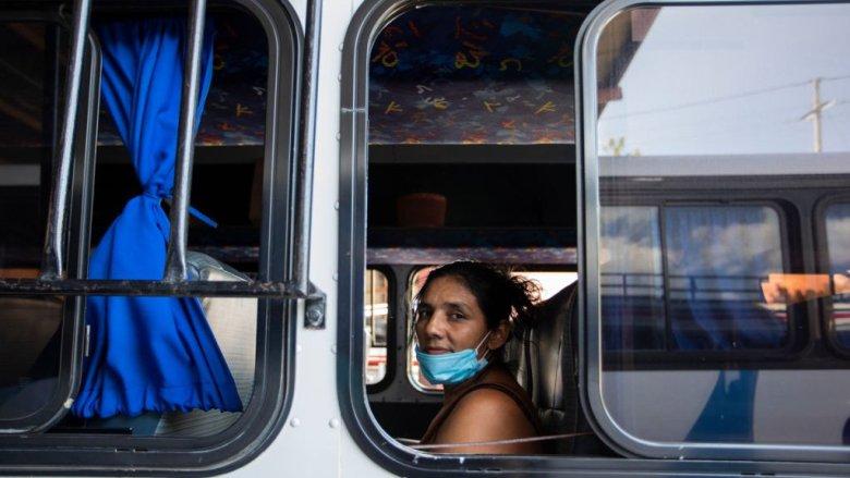 Mujer en un autobús en Managua el 24 de marzo de 2020.