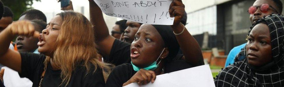 Les Nigérians participent à une manifestation contre la violence, l'extorsion et le harcèlement de la brigade spéciale anti-vols (Sars) du Nigéria, à Lagos, le 11 octobre 2020.