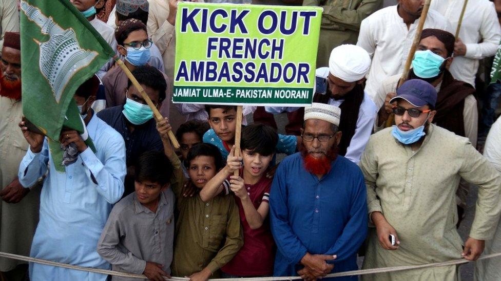 Les manifestants demandent l'expulsion de l'ambassadeur de France