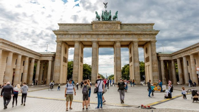 Tourists at the Brandenberg Gate, Belin