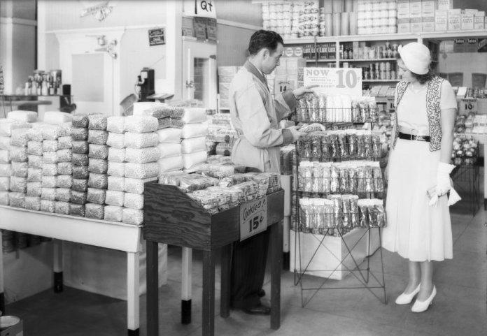 Exhibiciones de celofán en un supermercado Safeway del sur de California en 1932