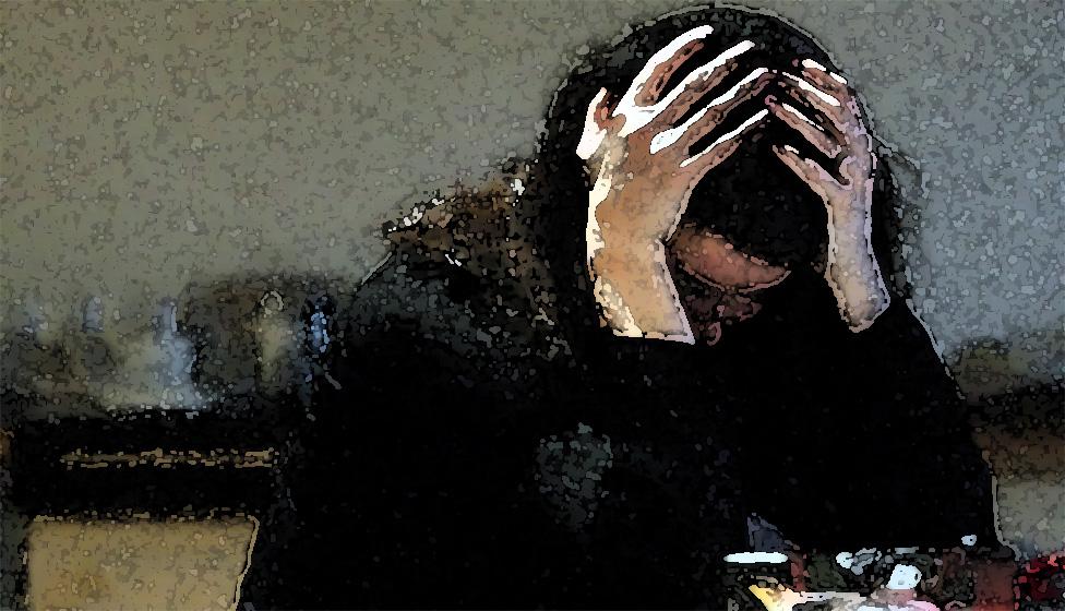 Una ilustración que muestra una foto de una mujer con las manos en la cabeza.