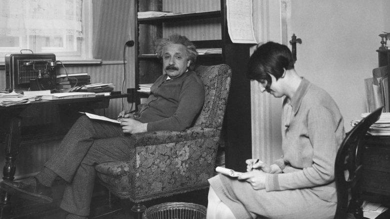 Einstein con su secretaria en su escritorio cerca de 1930.
