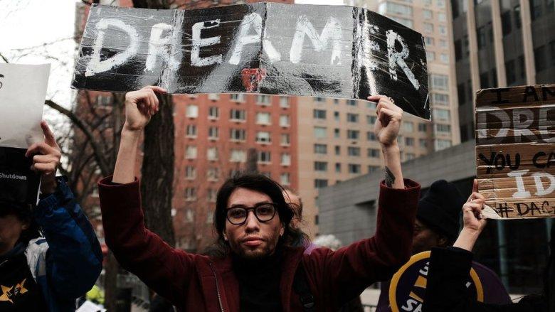 Un joven en una manifestación de dreamers.