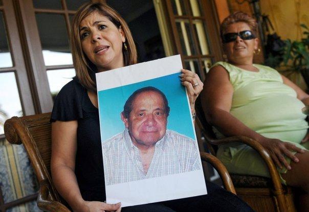 Mitzila Donado (izquierda), junto a su madre Rudecinda Delgado, sostiene una foto de su padre, Jaime Donaldo, quien murió en 2006 tras haber tomado el