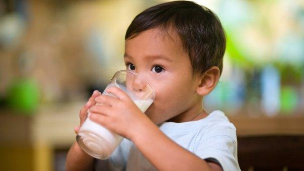 Niño tomando leche