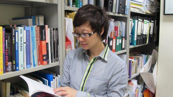 Profesora Day Wong lee un libro.