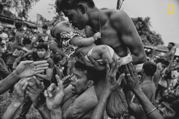 Hombre besando a su bebé.