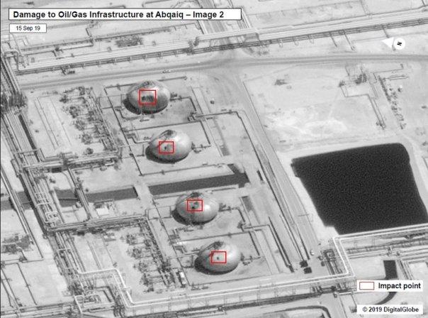 Una de las imágenes satelitales que publicó el gobierno estadounidense que muestra el aparente daño en la mayor planta de refinamiento de crudo del mundo.
