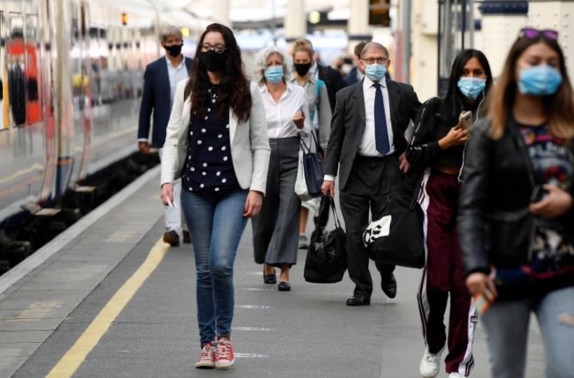 Personas con máscaras en Londres.